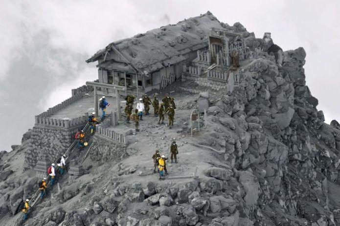 Một ngôi đền bị bao phủ bởi tro sau trận phun trào núi lửa Ontake, Nhật Bản.