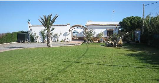 Imagen del jardín del chalet por su entrada principal