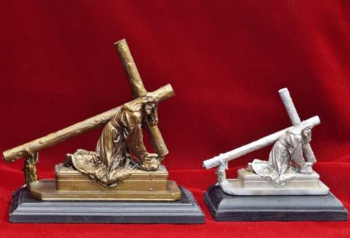 Distintos tamaños del Caído en bronce y plata