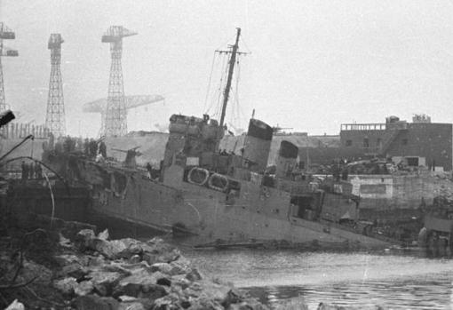 El HMS Campbeltown británico incrustado en Saint-Nazaire