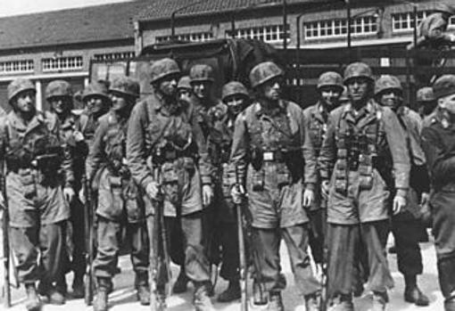 Paracaidistas alemanes posan para la fotografía