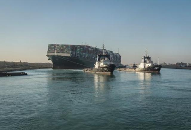 Dos remolcadores tratan de enderezar el portacontenedores Ever Given en el canal de Suez