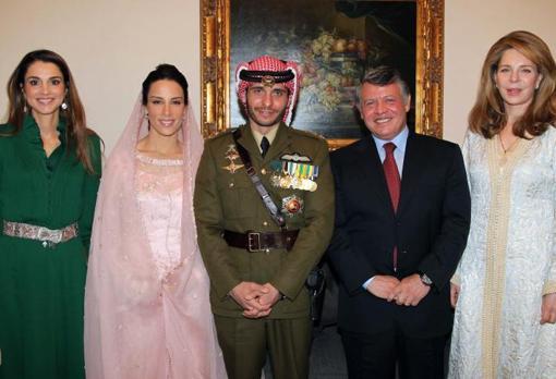 Imagen tomada en 2012 con motivo de la boda del príncipe Hamza bin Husein (vestido de militar) con la princesa Basma Otoum (segunda por la izquierda). Aparecen además la reina Rania (primera por la izquierda), el rey Abdalá (cuarto por la izquierda) y la reina Noor (a la derecha)