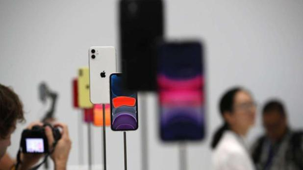 Una persona fotografía un iPhone en una tienda