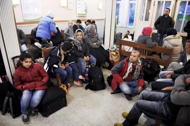 Iraqi refugees wait for a train to Helsinki at Kemi railway station in northwestern Finland, September 17, 2015. REUTERS/Jussi Nukari/Lehtikuva