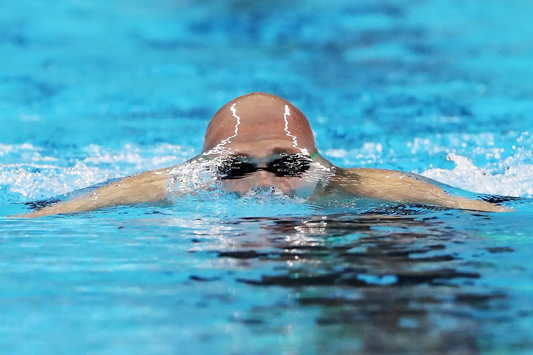 Marc Evers de los Países Bajos rompe la superficie del agua en 200 metros combinados de los hombres.
