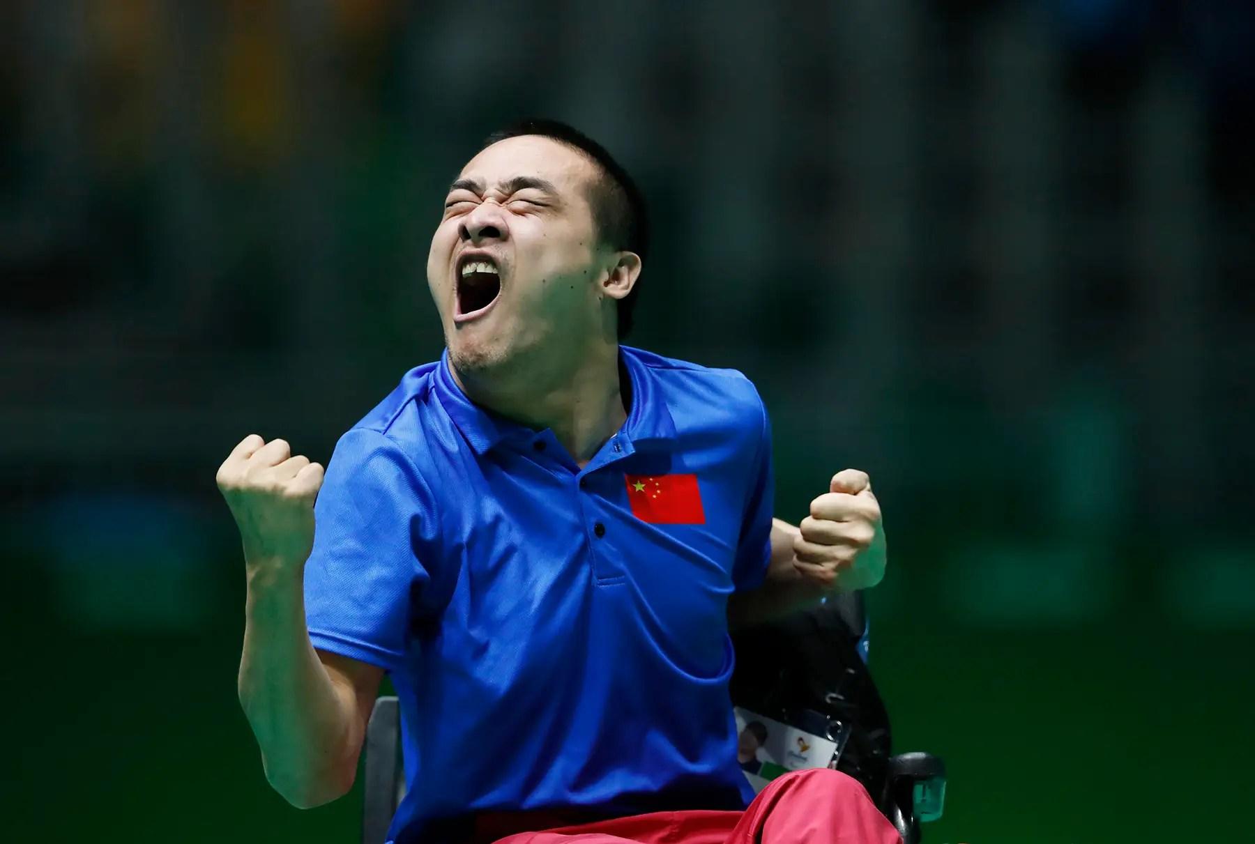china Yan Zhiqiang celebra durante el partido por la medalla de bronce en boccia.