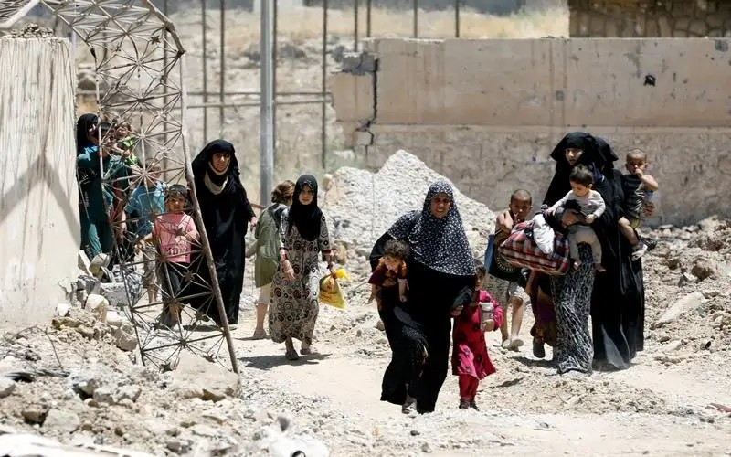 Displaced civilians walk towards the Iraqi Army positions after fleeing their homes due to clashes in the Shifa neighborhood in western Mosul, Iraq June 15, 2017. REUTERS / Erik De Castro