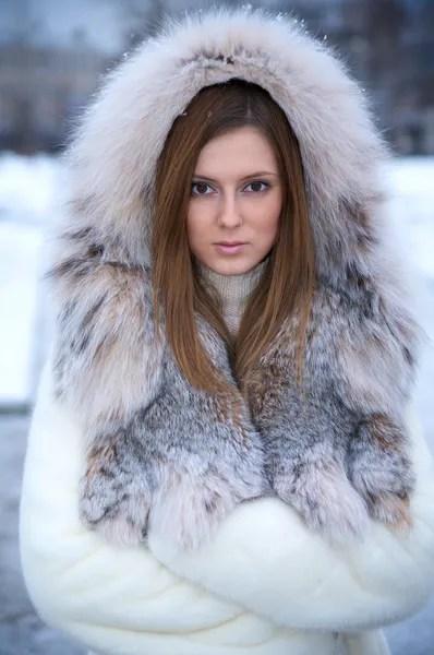 Портрет красивой молодой привлекательной — Стоковое фото ...