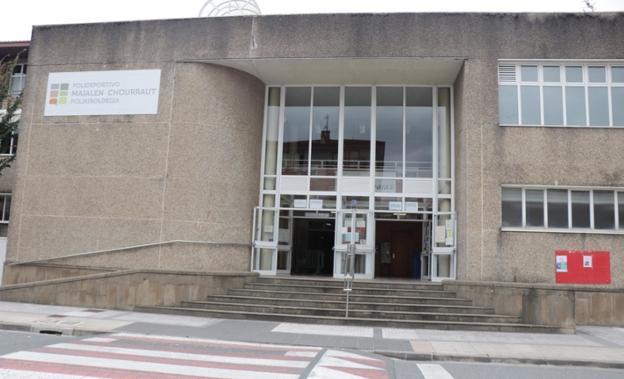 Acceso principal del polideportivo municipal Maialen Chourraut. / TXEMA