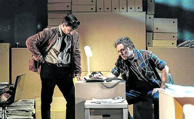 Scene from the rehearsals of the play, which recreates a newsroom and, in parallel, the police station and offices where the closing is being prepared.