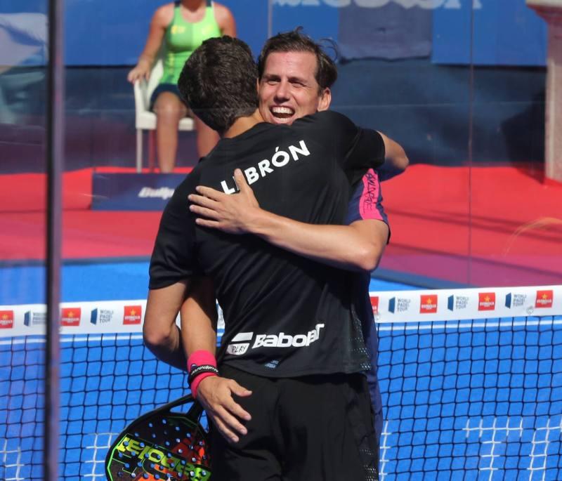 Juan Lebrón, número uno del mundo, se abraza a Paquito Navarro.