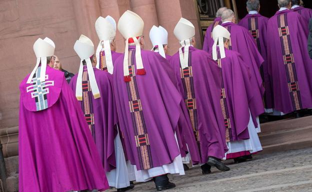 Un grupo de obispos penetra en la catedral alemana de Mainz.