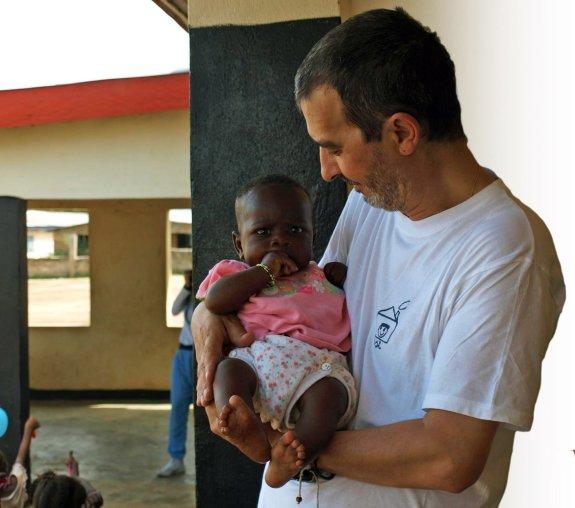 Miguel Serrano, presidente de 'Todos Son Inocentes', sostiene a un bebé nacido en la sede de la oenegé en Sierra Leona./
