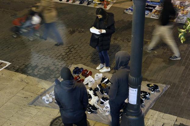 Manteros en el centro de Valencia. / irene marsilla