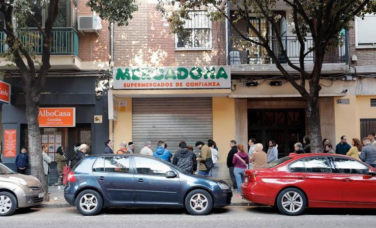 Caos y largas colas en los supermercados valencianos