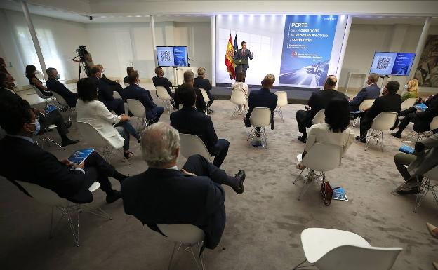 Pedro Sánchez, together with representatives of the automotive industry, technology and energy, during the presentation this Monday of the Perte VEC