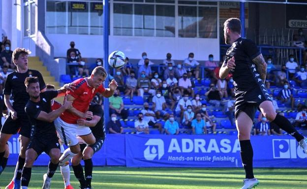 Alberto Gónzalez finishes off the ball to score Real Murcia's only goal against Alcoyano, this Saturday.