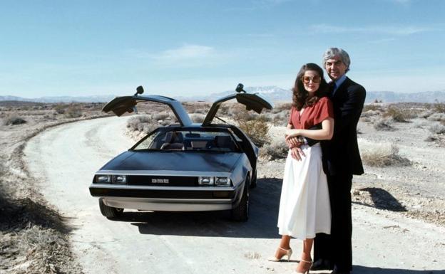 John DeLorean and his wife, model Cristina Ferrare, together with the DMC-12 in 1979.