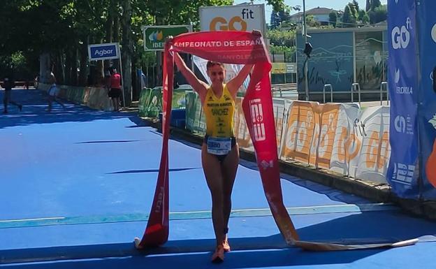 Paula Sánchez García crosses the finish line of the Spanish Triathlon Championship, this Saturday, in Banyoles (Girona).