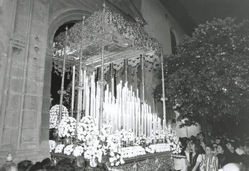 La Virgen de la Cabeza de las Siete Palabras, en 1994, bajo el palio de plata