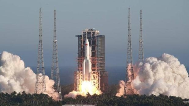 Cohete chino Long March 5B despegando