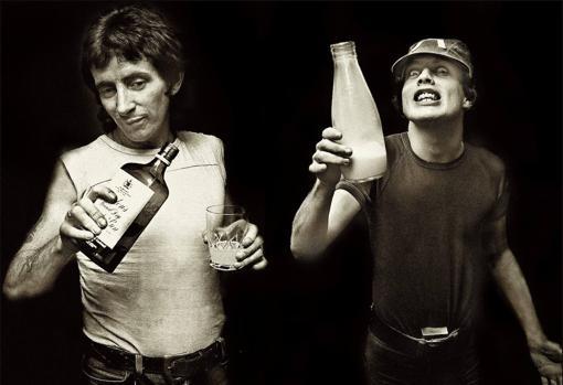 Bon Scott, con su compañero y amigo Angus Young