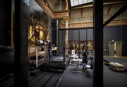 Image taken yesterday, where two workers from the Rijksmuseum analyze the painting while maintaining the required safety distance