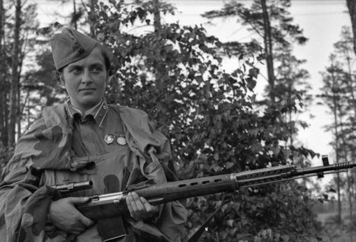 Pavlichenko, con su fusil SVT 40