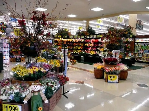 Another reason to start with flowers and baked goods is the smell, which activates your salivary glands and makes you more likely to make impulse purchases. Likewise these pleasant departments put you in a good mood and make you more willing to spend