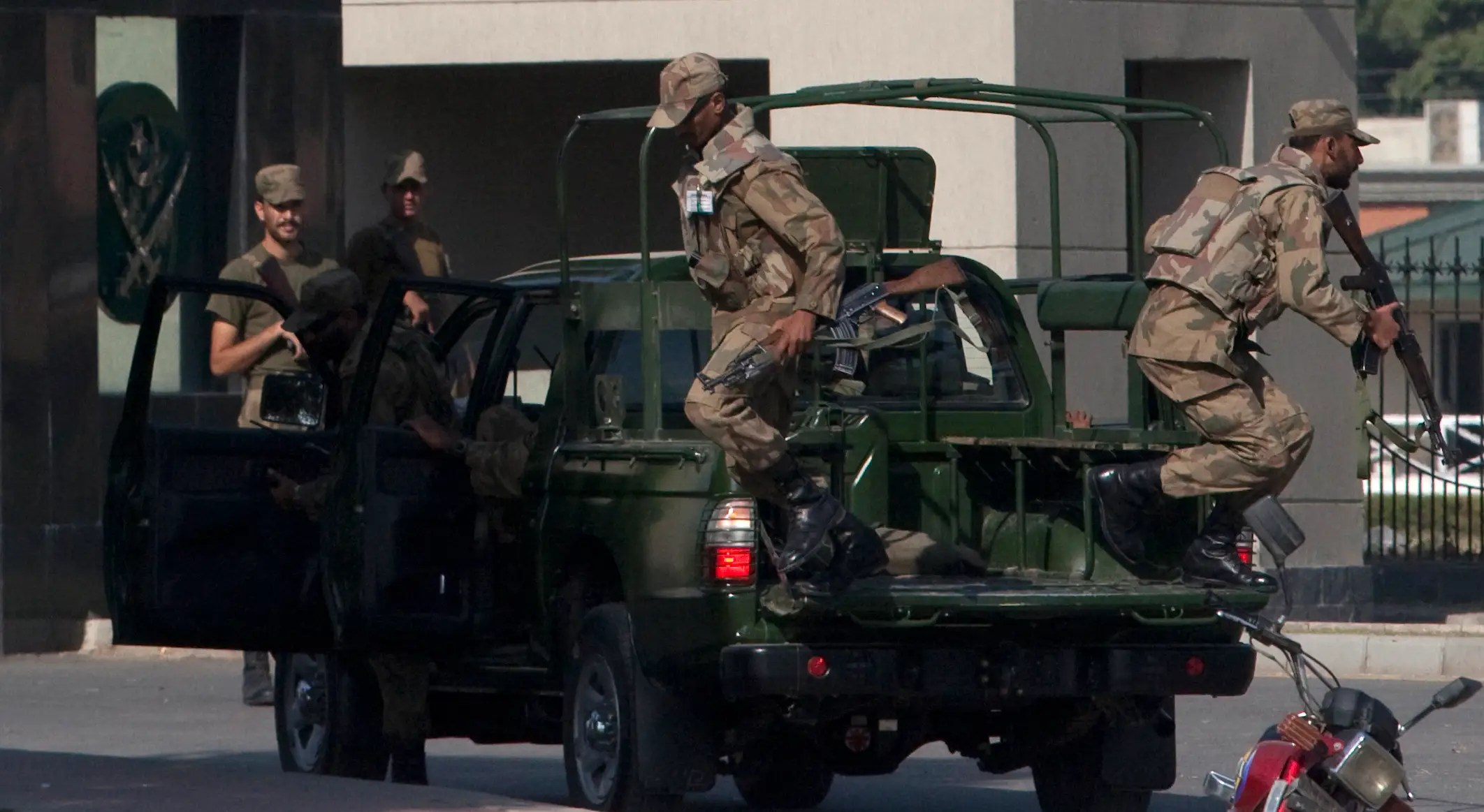 In October 2009, SSG commandos stormed an office building and rescued about 40 people taken hostage by suspected Taliban militants after an attack on the army's headquarters.