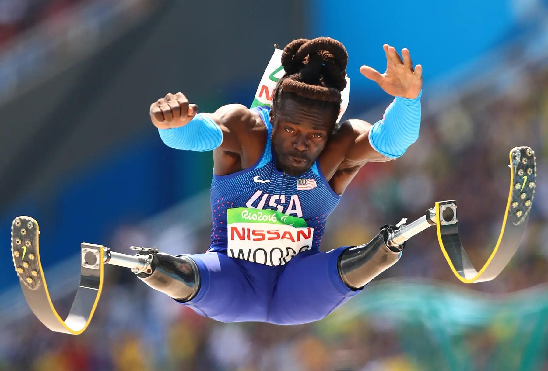 Regas Woods del equipo de EE.UU. compite en salto de longitud de los hombres.