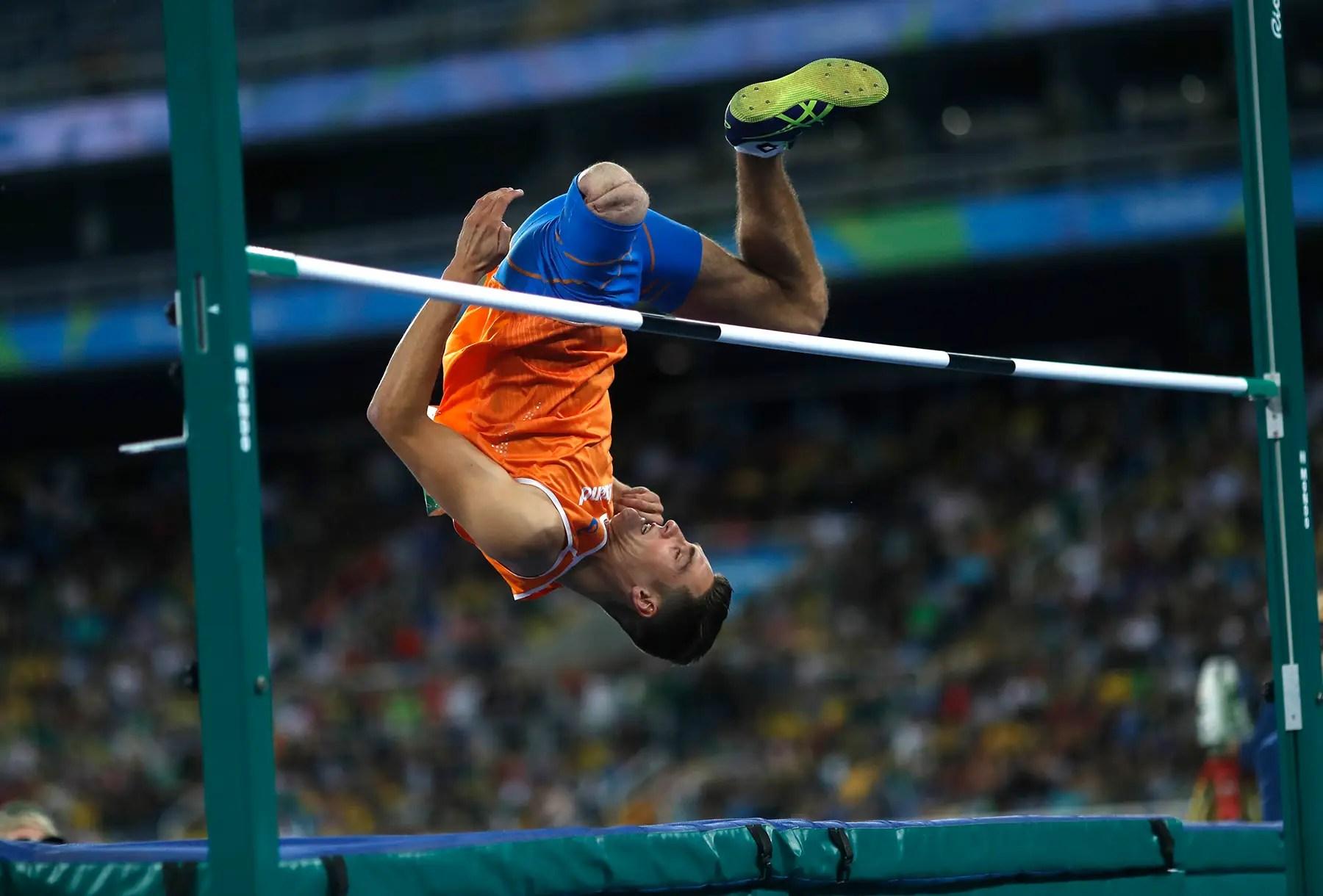 Jeroen Teeuwen de los Países Bajos despeja el bar en el salto de altura.