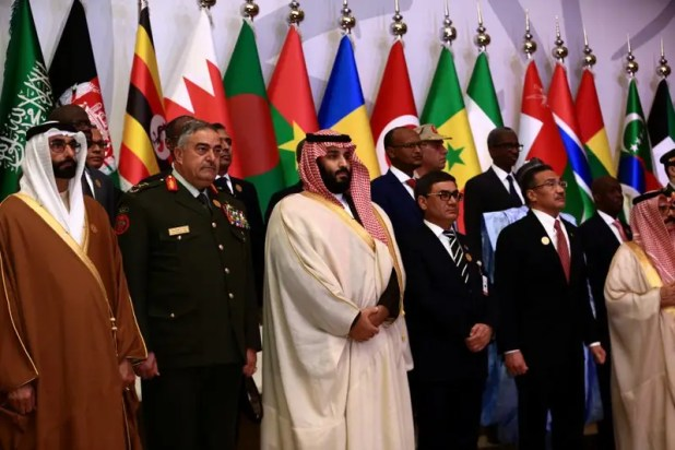 SaudiCrown Prince Mohammed bin Salman (C) poses for a photograph with chiefs of staff and defence ministers of a Saudi-led Islamic military counter terrorism coalition during their meeting in Riyadh November 26, 2017. REUTERS/Faisal Al Nasser