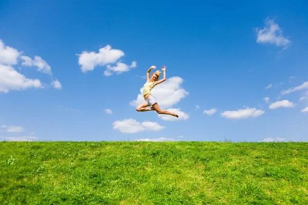 Прыжки девушка с зонтом на лугу — Стоковое фото ...