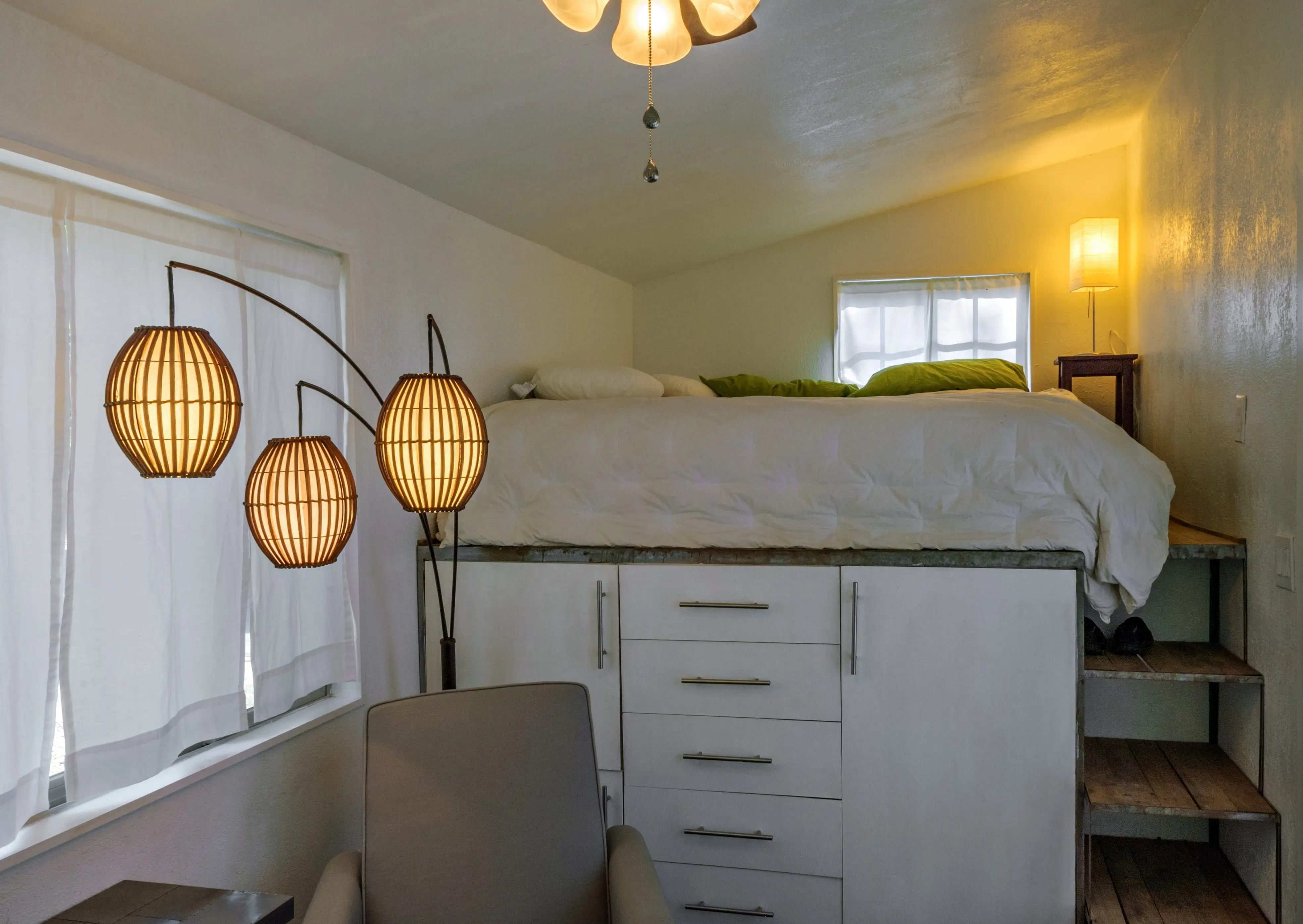 Ella tiene una cama king-size loft con mucho espacio de almacenamiento debajo.