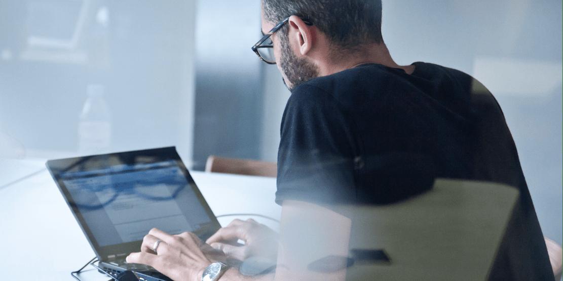 hombre en la computadora portátil