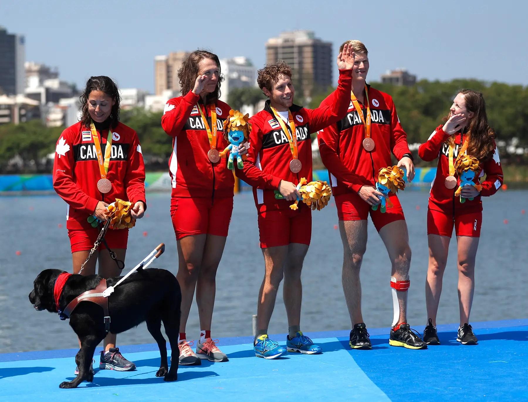 Los miembros del equipo de Canadá posan con sus medallas de bronce en remo.