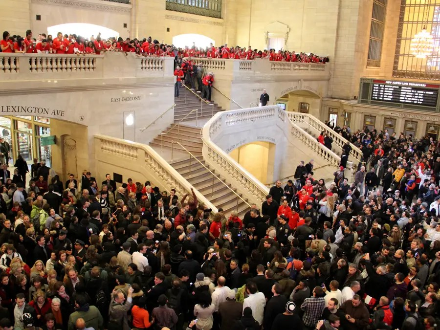 huge crowds, crowded, crazy, lots of people, huge, grand central apple store opening, december 9 2011, bi, dng