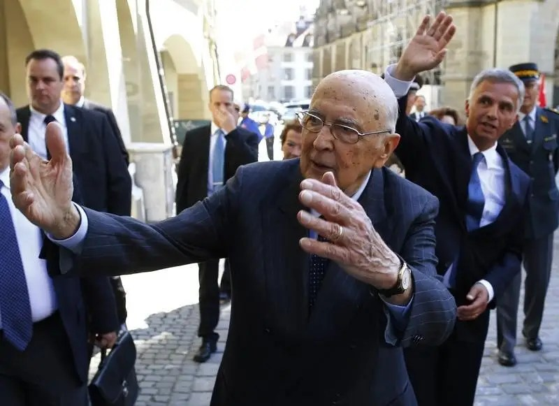 Swiss President and Foreign Minister Didier Burkhalter (R) and Italy's President Giorgio Napolitano wave to spectators during a state visit in Bern May 20, 2014. REUTERS/Ruben Sprich