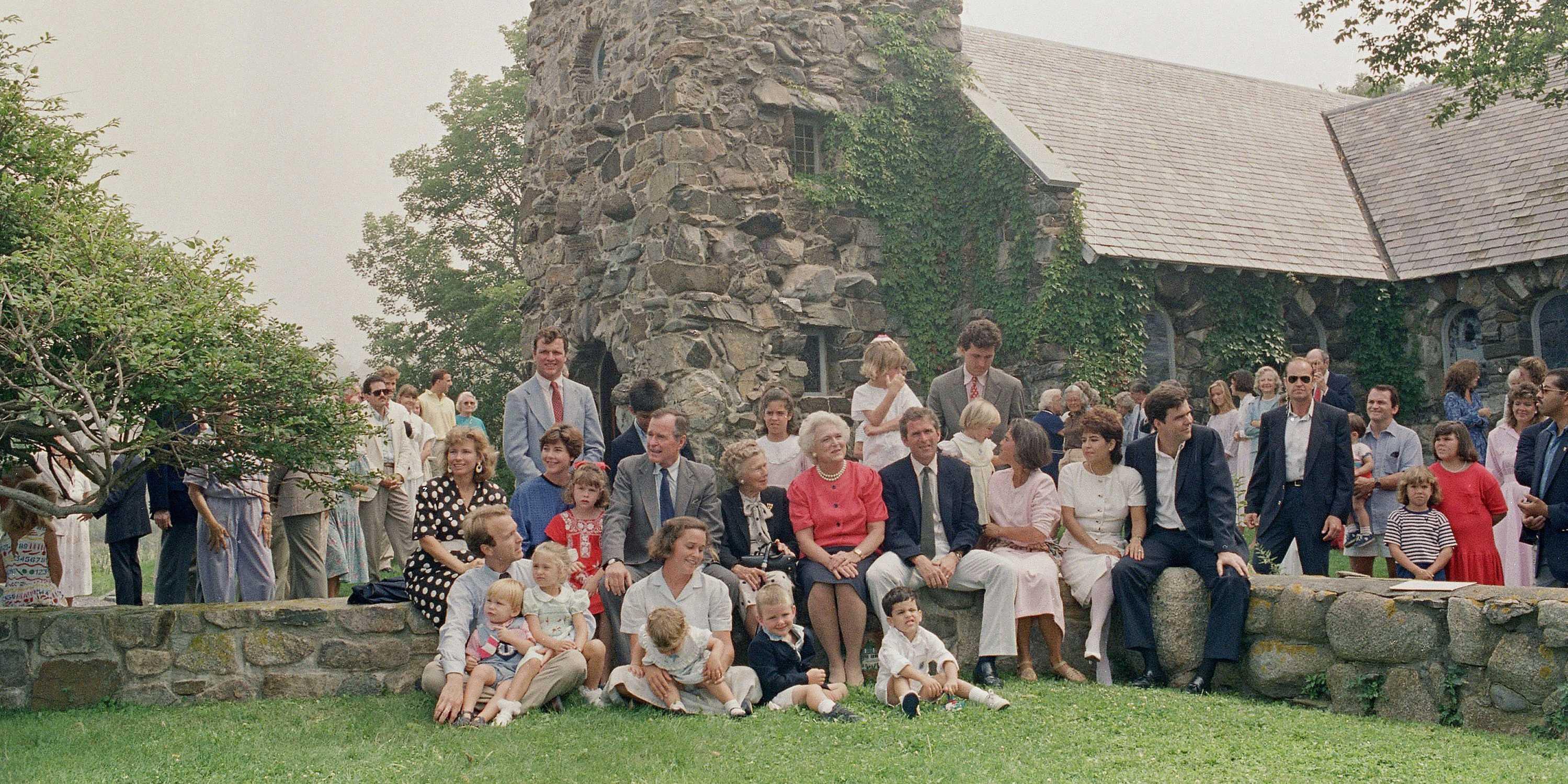 https://i1.wp.com/static6.businessinsider.com/image/5500828b6da811950a82c541-1200/bush-family-portrait.jpg