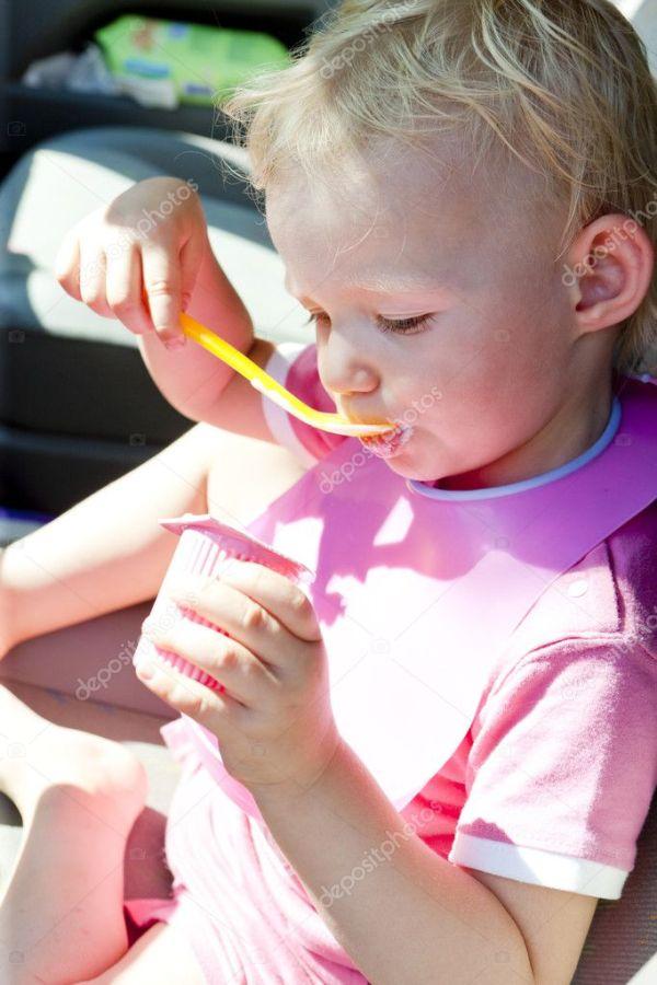 Портрет маленькой девочки, едящей йогурт — Стоковое фото ...