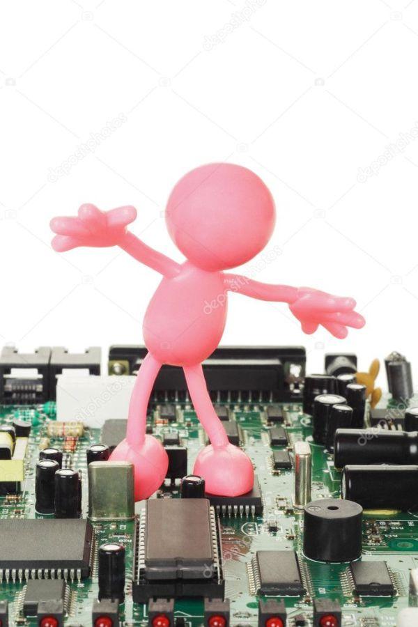 Резиновая фигурка, играющая на электронной плате ...