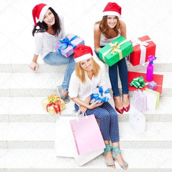 Группа трех Счастливые девушки празднуют Рождество и новый ...
