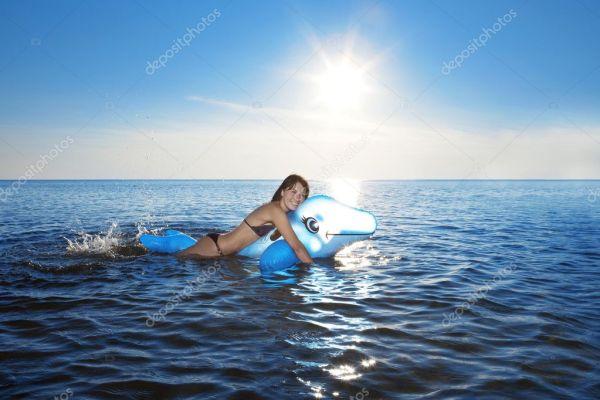 Девушка плавает в море — Стоковое фото © miramiska #7617675