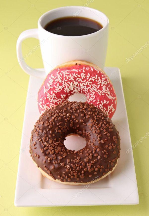 Кофе и пончики. Чашка кофе и пончики — Стоковое фото ...