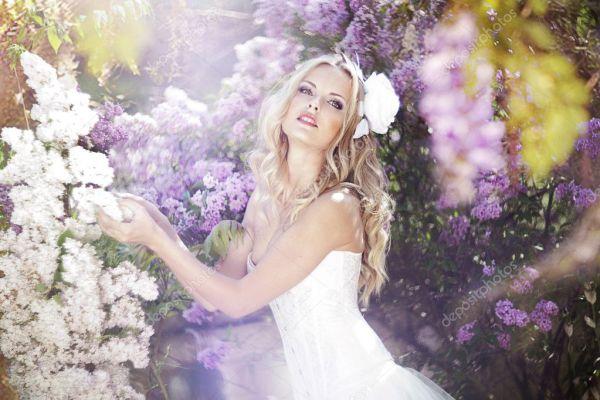 Красивая невеста в саду лаванд — Стоковое фото ...