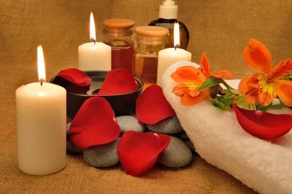 Туалетные принадлежности с полотенцем, свечами и цветами ...