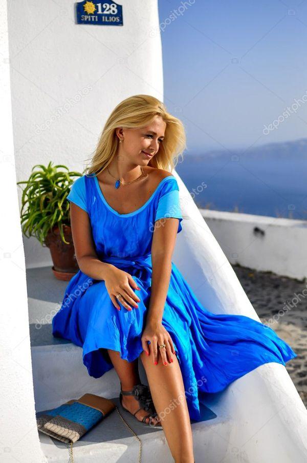 Женщина в голубом. Молодых отдыхающих красивые счастливая ...