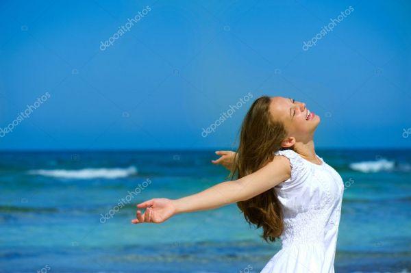 Красивая девушка на берегу океана. Путешествие или отдых ...